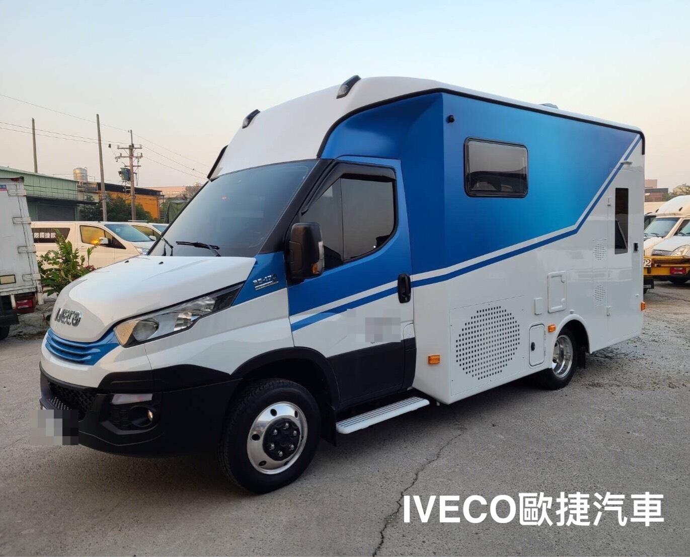 IVECO白色+藍色露營車側面