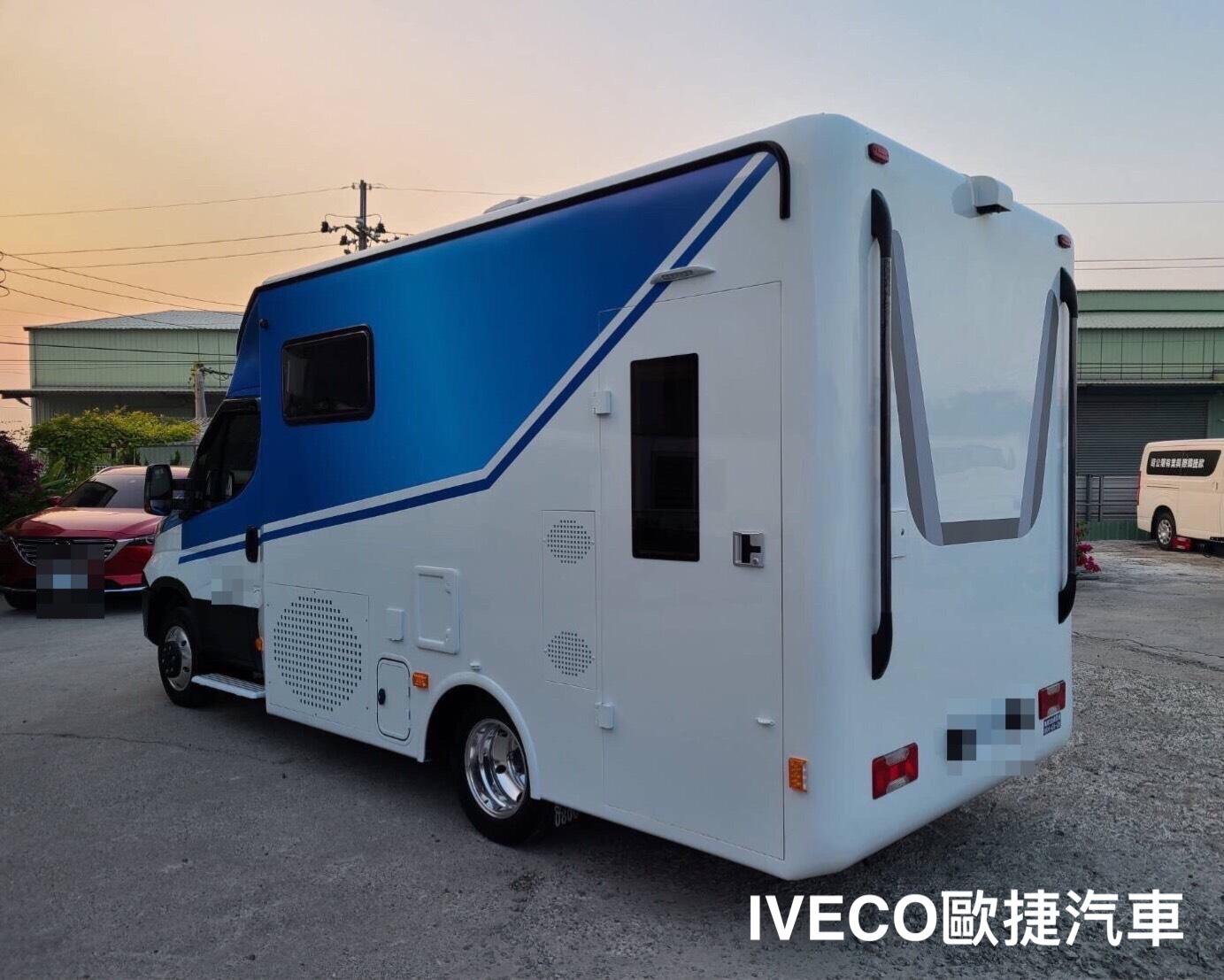 白色+藍色露營車背面